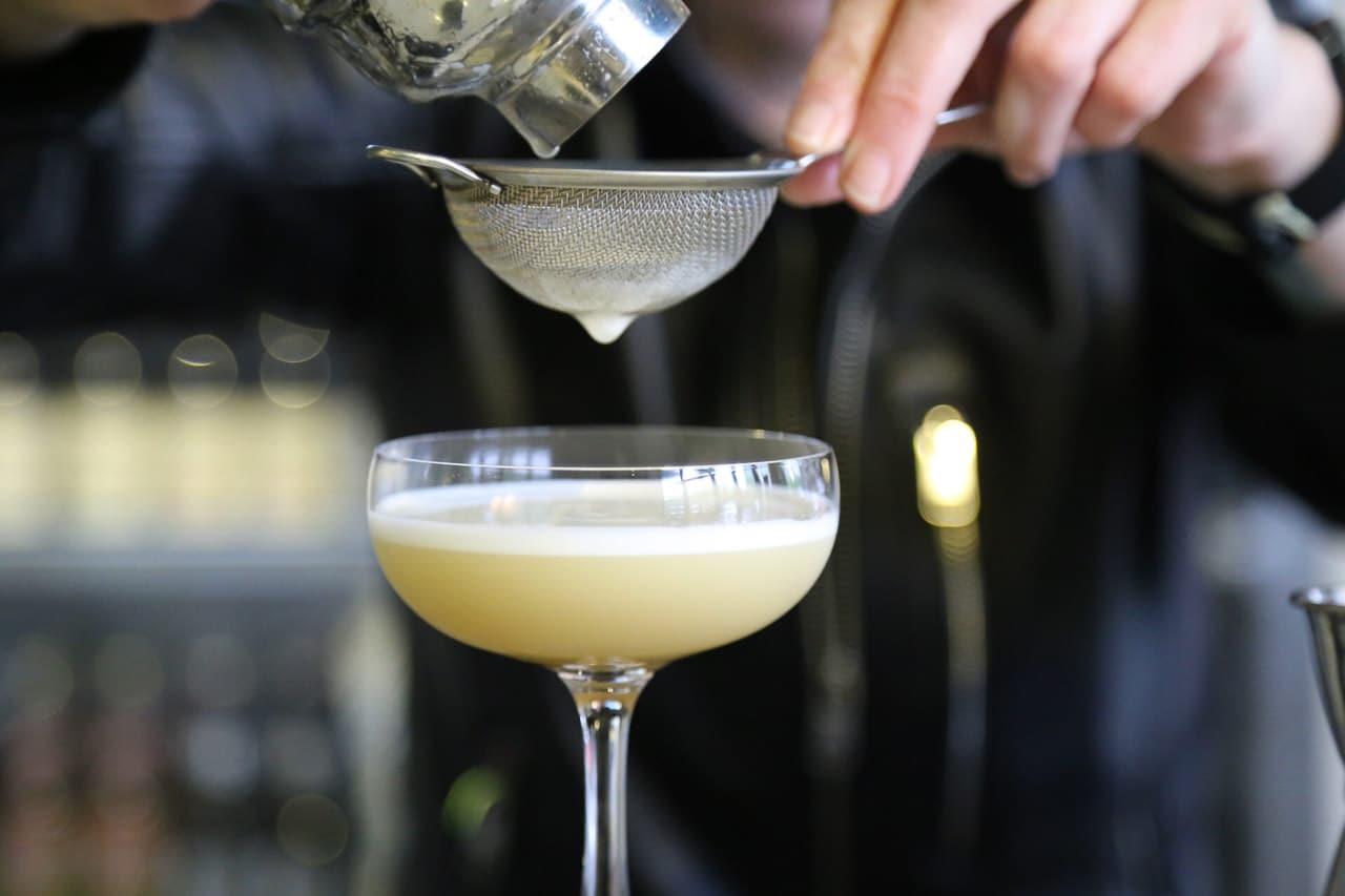 φωτογράφιση barman στην προετοιμασία ενός κοκτέιλ